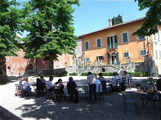 The piazza at Montestigliano will be the setting for your watercolor painting class.