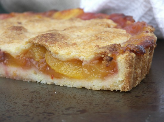 Torta di pesche in a tender butter cookie crust.